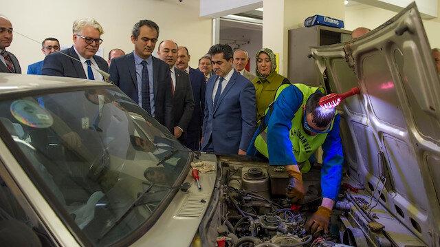 Ankara Altıdağ'daki Ahi Evran Mesleki Eğitim Merkezi'ni ziyaret etti.
