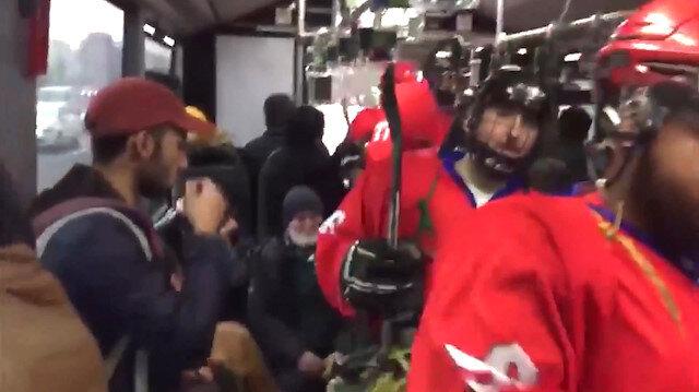 Metrobüse binen buz hokeyi takımı ilginç görüntüler oluşturdu
