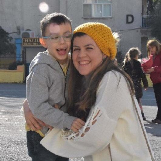 Oğlu ile her gün okula giden fedakar anne