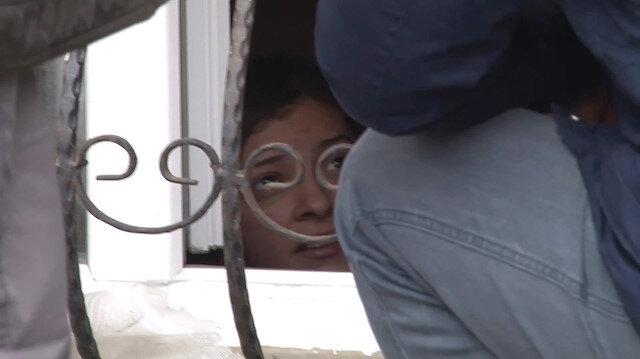 Boynundan zincirlenen kızı polis kurtardı