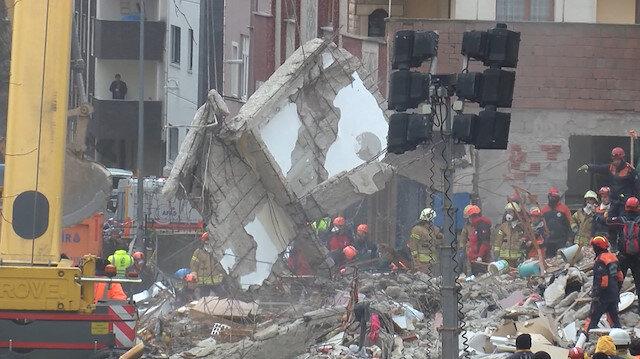 Çöken binanın blokları vinçle kaldırıldı
