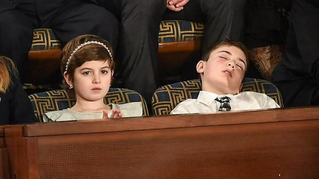 Trumpın konuşması sırasında uyuyakalan çocuk
