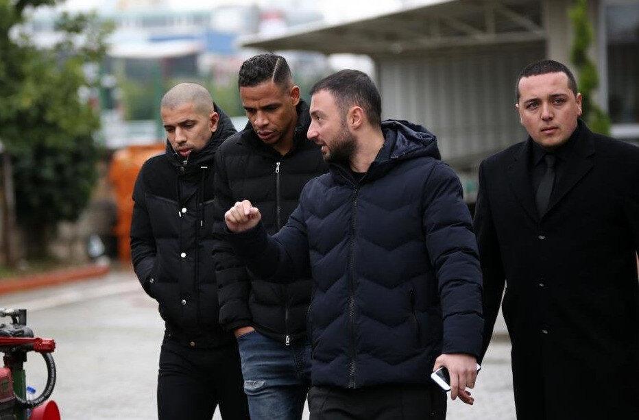 Galatasaraylı futbolcular, acılı gününde hocaları Fatih Terim'i yalnız bırakmadı.
