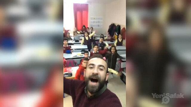 Öğrencilerini İbrahim Erkal şarkısıyla coşturan öğretmen