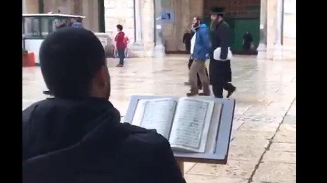 Filistinli genç Mescid-i Aksa baskını sırasında Kur'an okuyarak tepki gösterdi
