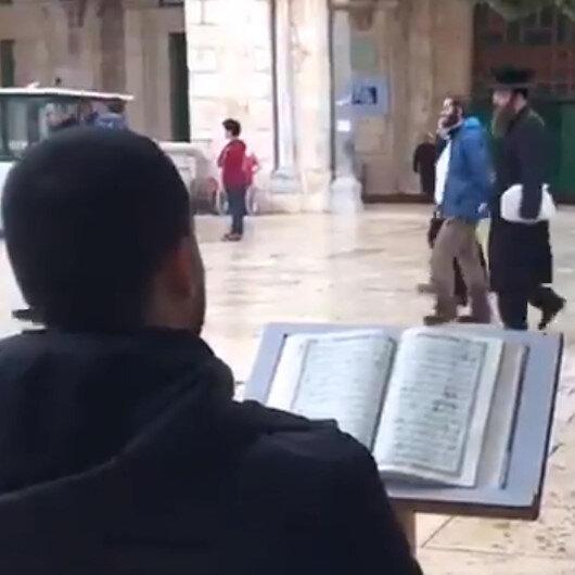 Filistinli genç Mescid-i Aksa baskını sırasında Kuran okuyarak tepki gösterdi