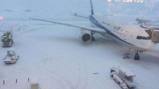 Japonya'da kar nedeniyle 100 uçuş iptal edildi