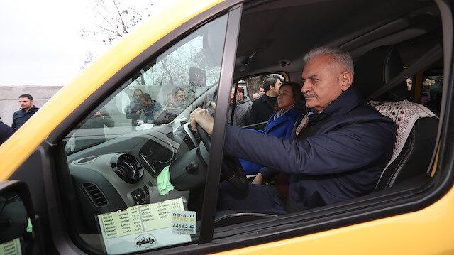 İstanbul'da temaslarına devam eden AK Parti'nin İBB Büyükşehir Belediye Başkan Adayı Yıldırım Kadıköy-Taksim dolmuşunu kullandı.