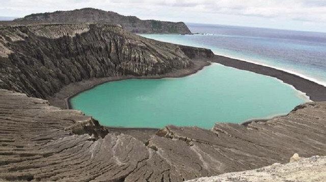 Yaklaşık 1 kilometre uzunluğunda, 2 kilometre genişliğindeki yeni adanın ortasında bir krater gölü bulunuyor.