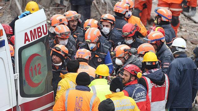 Kartal'daki binanın enkazında çalışmalar devam ediyor.
