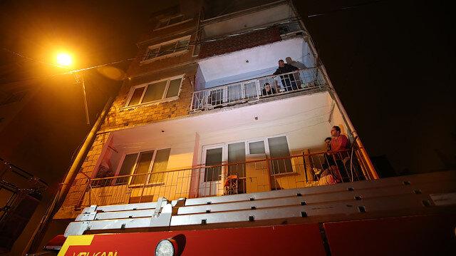 Alevlere teslim olan binada 15 kişi mahsur kaldı