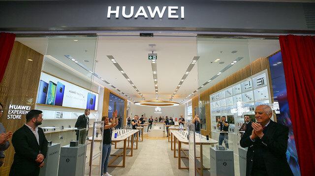 Huawei'nin Türkiye'de açtığı ilk deneyim mağazasının giriş kapısı.