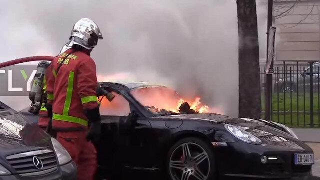 Göstericiler lüks araçları yaktı