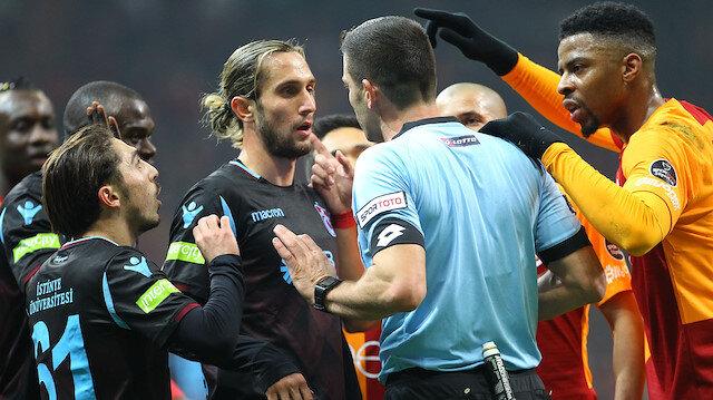 Hakem Ümit Öztürk, Galatasaray-Trabzonspor maçında verdiği kararlarla bordo mavili futbolcuların tepkisini çekti.