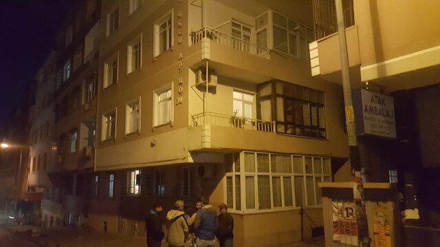 Mahalleye yayılan kötü koku üzerine olayın yaşandığı apartmana polis ekipleri geldi.