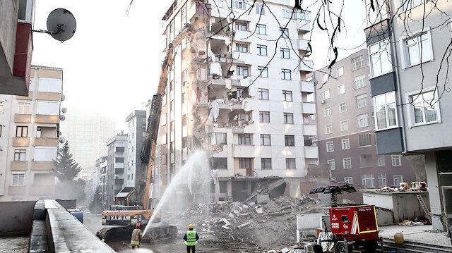 Çöken binanın yanındaki Yunus Apartmanı'nda her haneden bir kişi itfaiye merdiveni ile çıkarıldığı kattan değerli eşyalarını aldı. Tahliyenin ardından yıkım başlatıldı.