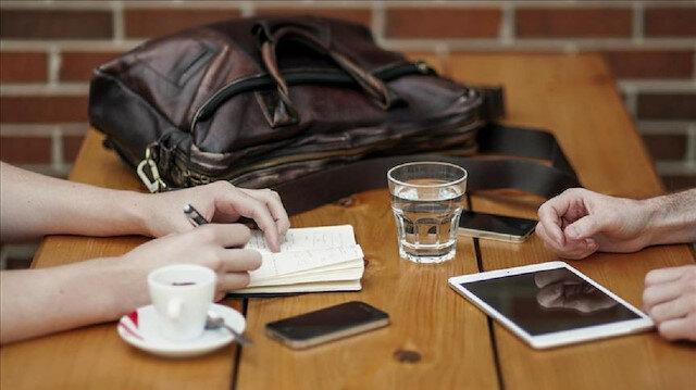 Bazı mobil uygulamaların kullanıcı sözleşmelerinde 'ortamdan ses kaydı yapabileceği'ne ilişkin ifadeler yer aldığı belirtildi.