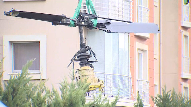 Çekmeköyde düşen helikopterin enkazı vinç yardımıyla kaldırıldı