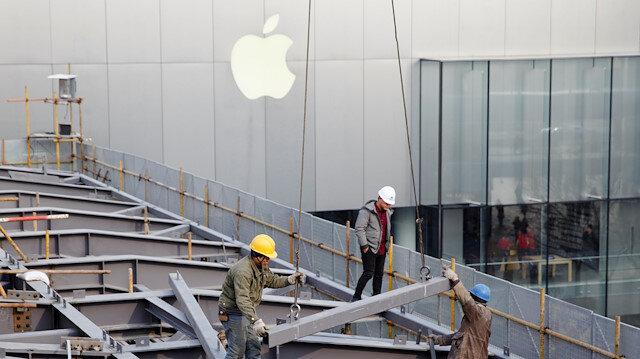Apple mağazası dışında çalışma yapan işçiler.