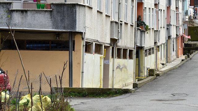 Rize'de eğimli bina görenleri endişelendiriyor