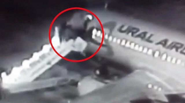 Uçağa binecekleri sırada yolcu merdiveni kırıldı