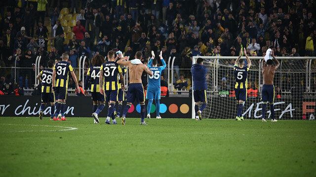 Fenerbahçeli taraftarlar Zenit maçı sonrasında tribünleri selamladı.