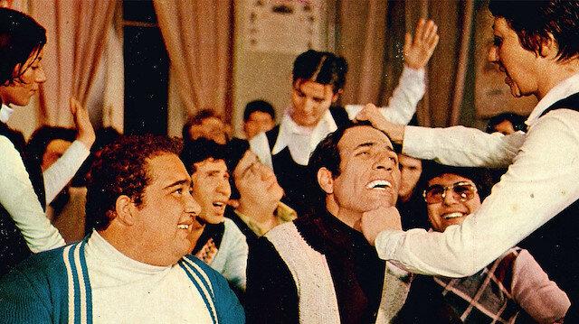 İlk filmi 1975 yılında çekilen Hababam Sınıfı'nın yönetmenliğini Ertem Eğilmez yapmıştı.