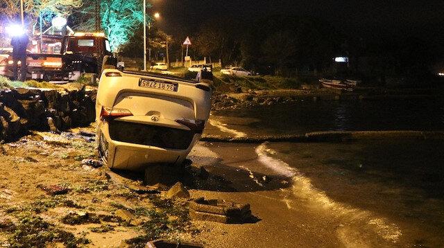 Tuzla'da takla atan otomobil deniz kenarında durdu
