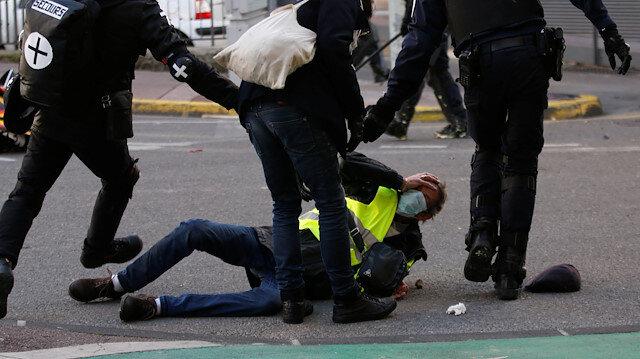 Sarı Yelekliler, Fransız polisinin şiddetine maruz kaldı.