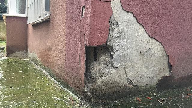 Binaların duvardaki çatlak devamlı büyüyor.