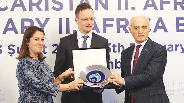 DEİK Türkiye-Macaristan 2. Afrika İş Forumu, İstanbul'da düzenlendi. Foruma, Ticaret Bakan Yardımcısı Gonca Yılmaz Batur'un yanı sıra, Macaristan Dışişleri ve Dış Ticaret Bakanı Peter Szijjarto (ortada) ve DEİK Başkanı Nail Olpak da katıldı. Batur ve Olpak katılımından dolayı, Szijjarto'ya teşekkür hediyesi takdim etti.