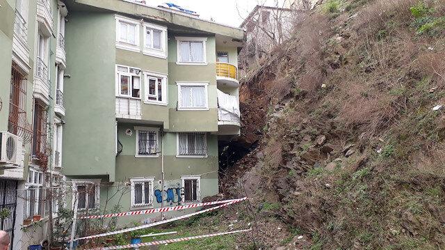 Eyüpsultan'da toprak kayması sonucu binada hasar aldı.