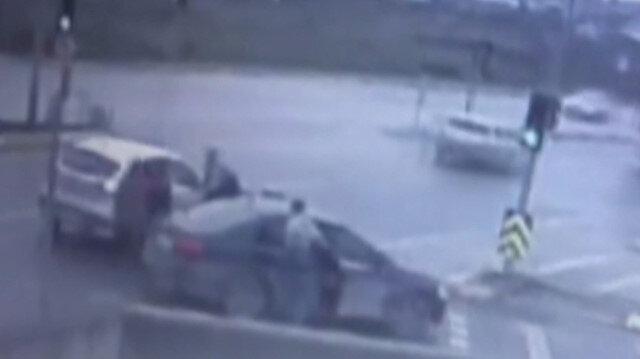 Parasını kurtarmak için hırsızın arabasına binip kolunu ısırdı