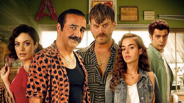 Organize İşler Sazan Sarmalı'nın başrollerinde Yılmaz Erdoğan, Kıvanç Tatlıtuğ, Ezgi Mola, Bensu Soral gibi oyuncular rol alıyor.