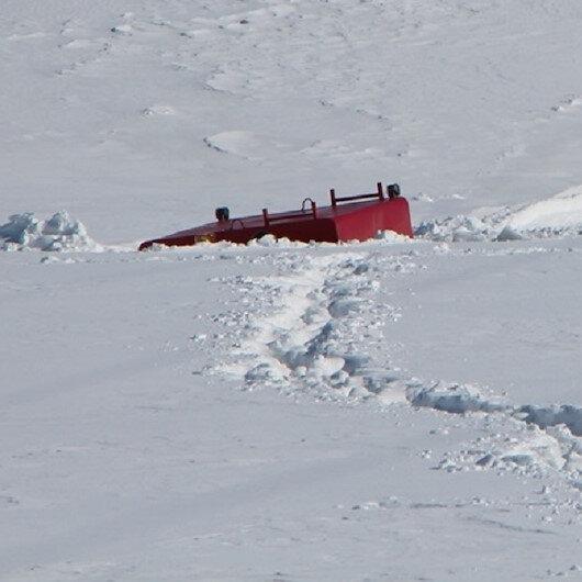 Donan gölette buz kırıldı paletli araç suya gömüldü