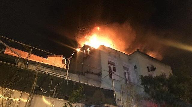 Fatih'te üç katlı binada yangın