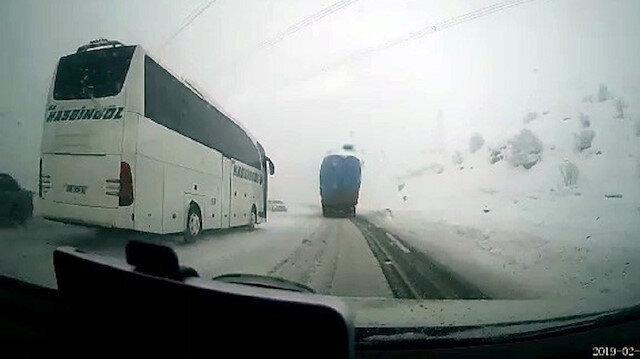 Otomobil ile otobüs kafa kafaya çarpıştı