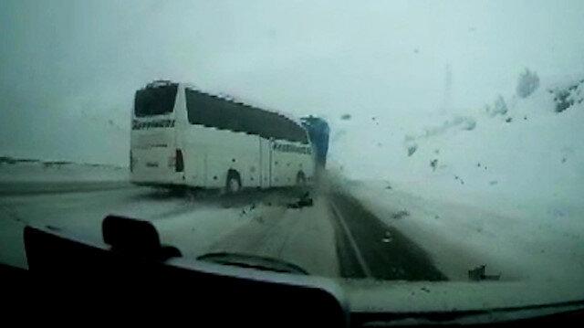 Otomobil ile otobüs çarpıştı: 1 ölü