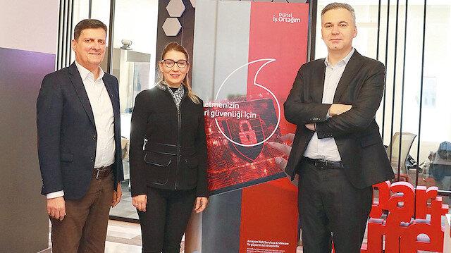 Murat Mediçeler (Soldan 1), Meltem Bakiler Şahin (Soldan 2) ve Tony Van Den Berg (Soldan 3)
