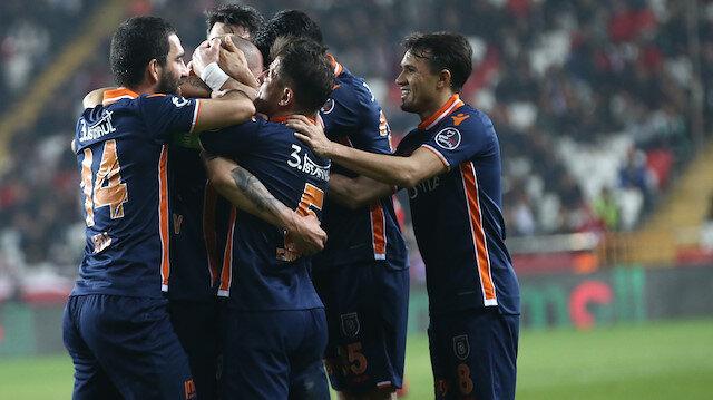 Başakşehir Antalya'yı kayıpsz geçti: Fark 6 puan