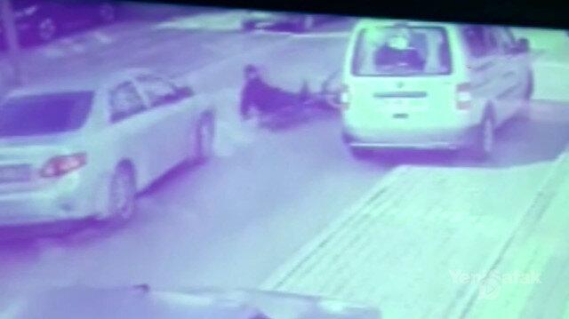Kaldırıma çıkıp kapıyı açan sürücü kazaya davetiye çıkardı