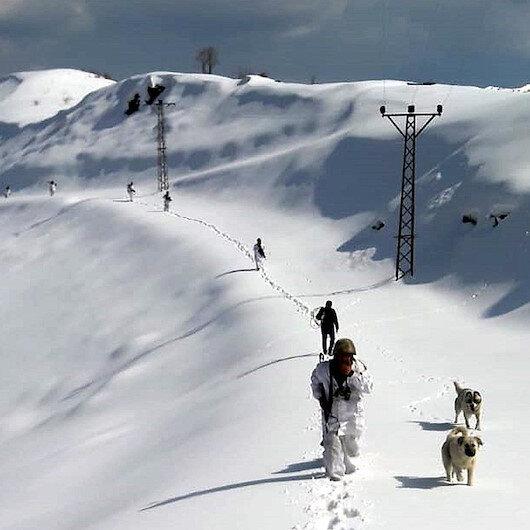 Asker elektriksiz kalmasın diye kar üstünde 5 saat yürüdüler