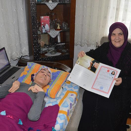 Tek parmağıyla kitap yazdı annesine ev aldı