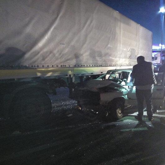 Otomobil tırın altına girdi, aile ölümden döndü