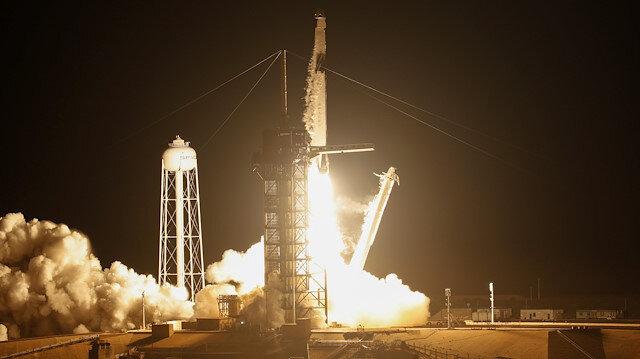 SpaceX'in Crew Dragon kapsülünü taşıyan Falcon 9 roketi kalkış yapıyor.