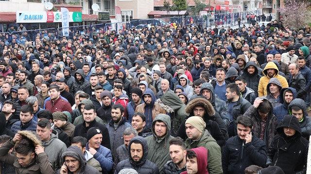 Binlerce genç kura çekimini saatlerce dışarıda bekleyerek takip etti.