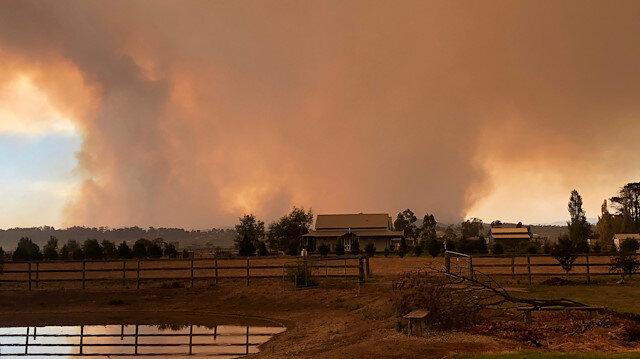 Avustralya'da devam eden yangınlar nedeniyle gökyüzü dumanla kaplandı.