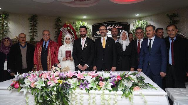 Bakan Kasapoğlu'ndan genç çifte sürpriz