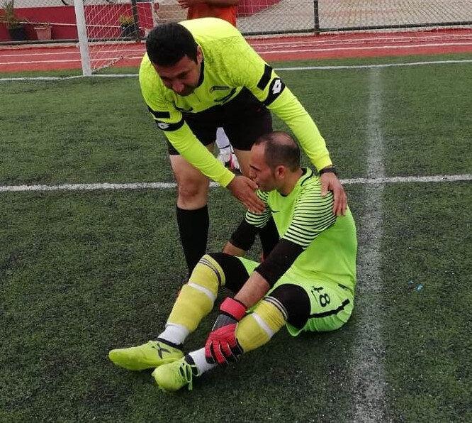 Hakem Hanifi Temurtaş, parmaklarıyla futbolcunun boğazını tıkayan dilini dışarı çıkarıp nefes almasını sağladı.