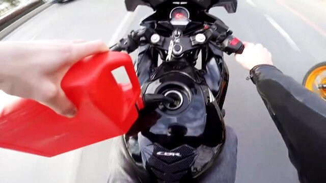 Seyir halindeyken deposuna benzin dolduran maganda